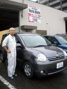 クルマを受け取りにいったテルオートにて。今日からマイカーのシエンタと、ピカピカに仕上げてくれた石川さん。